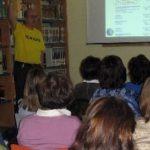 Bibliotecario con camiseta amarilla