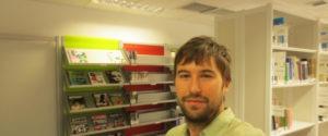 Roberto de Colsa en la biblioteca de la U-tad