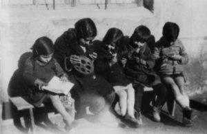 Niños leyendo libros de la biblioteca de las Misiones Pedagógicas