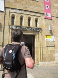 Bibliotecarios que visitan las bibliotecas de los lugares a los que viajan