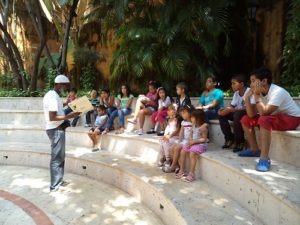Murillo presentando un cuento a los niños