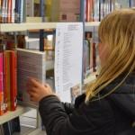 Niña usando una biblioteca escolar