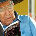 Anciano leyendo