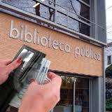 Extrayendo billetes de una cartera ante una biblioteca pública