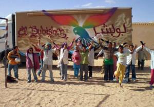 Niños saharauis con bibliobús