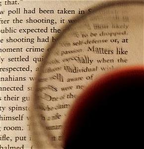 Copa de vino sobre página de un libro