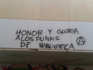 Honor y gloria a los punks de biblioteca