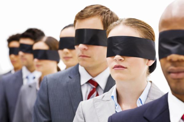 Investigadores ojos vendados