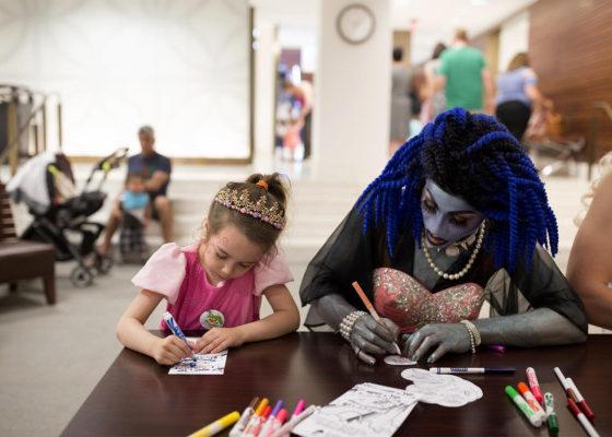 Drag Queen Story Hour para bibliotecas inclusivas