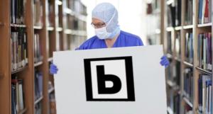 Sanitario portando un cartel con el logo de biblioteca pública