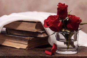 Libro y rosas encima